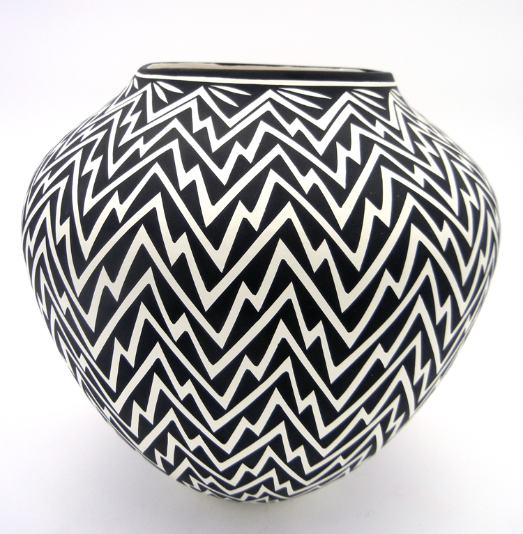 Acoma Kathy Victorino Large Black and White Lightning Pattern Jar