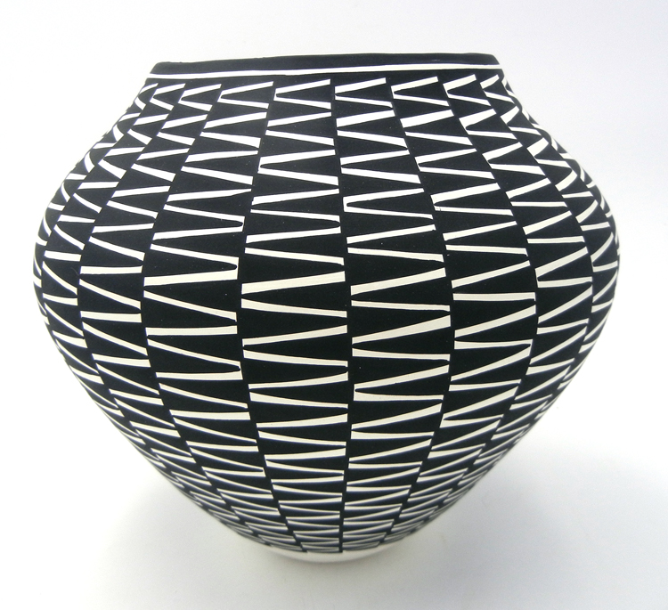 Acoma black and white zig zag pattern jar by Kathy Victorino