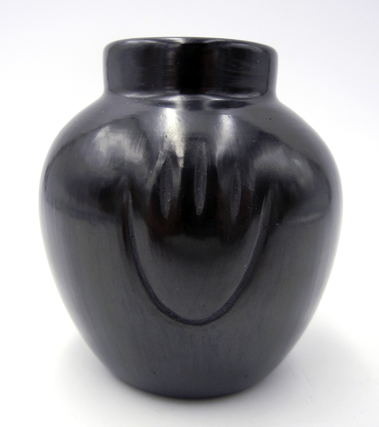 Santa Clara small black polished jar with bear claws by Alvin Baca