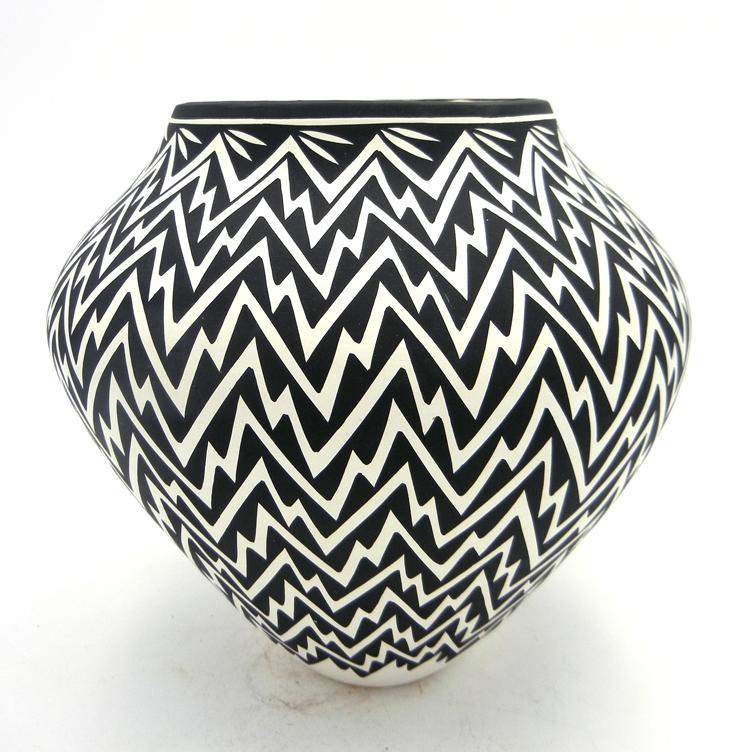 Acoma Kathy Victorino Handmade Black and White Lightning Pattern Jar