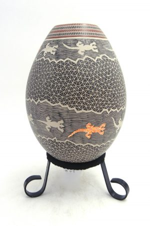 Mata Ortiz handmade, painted and etched lizard vase by Luis Ortiz